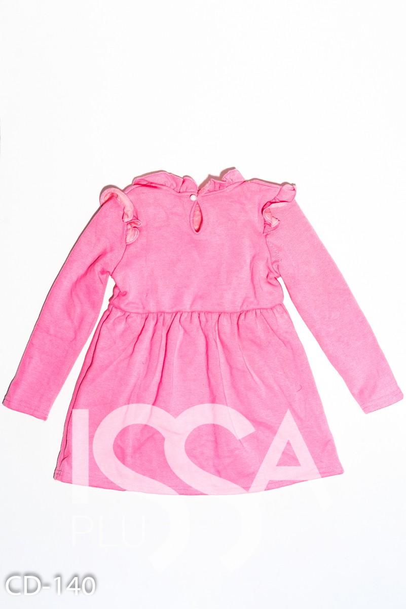 Розовое утепленное платье из трикотажа на меху с рюшами и бусинами на воротнике