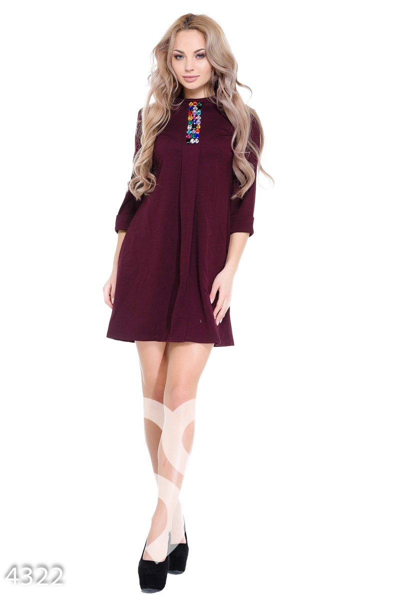 Бордовое платье-трапеция с выкладкой цветных страз