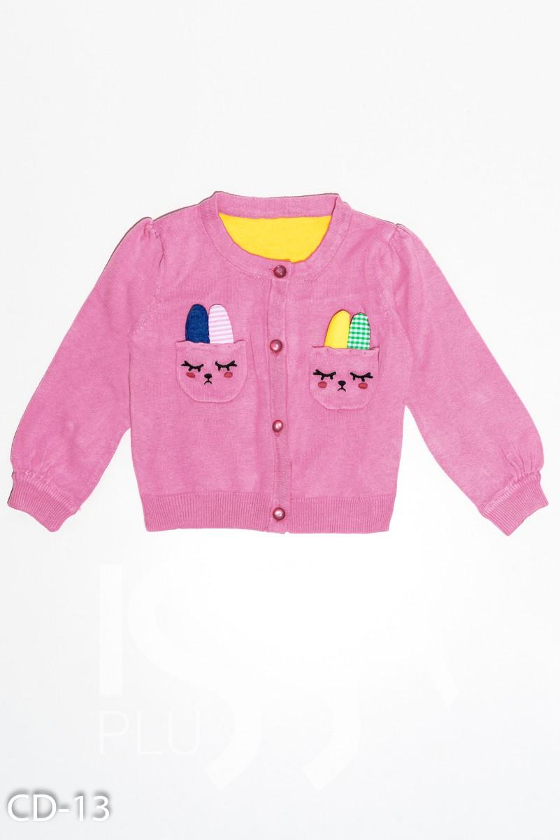Розовый свитерок на пуговицах с аппликацией в  виде кроликов