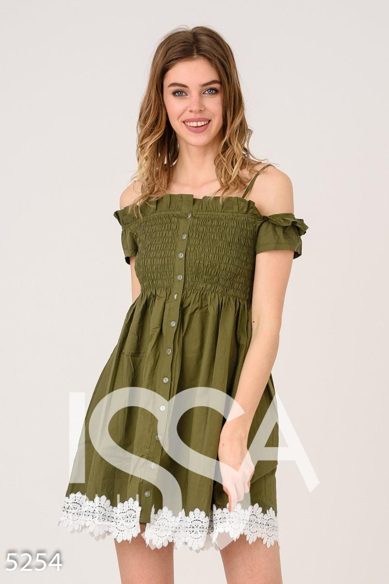 Серо-зеленое платье с открытыми плечами и жаткой на груди