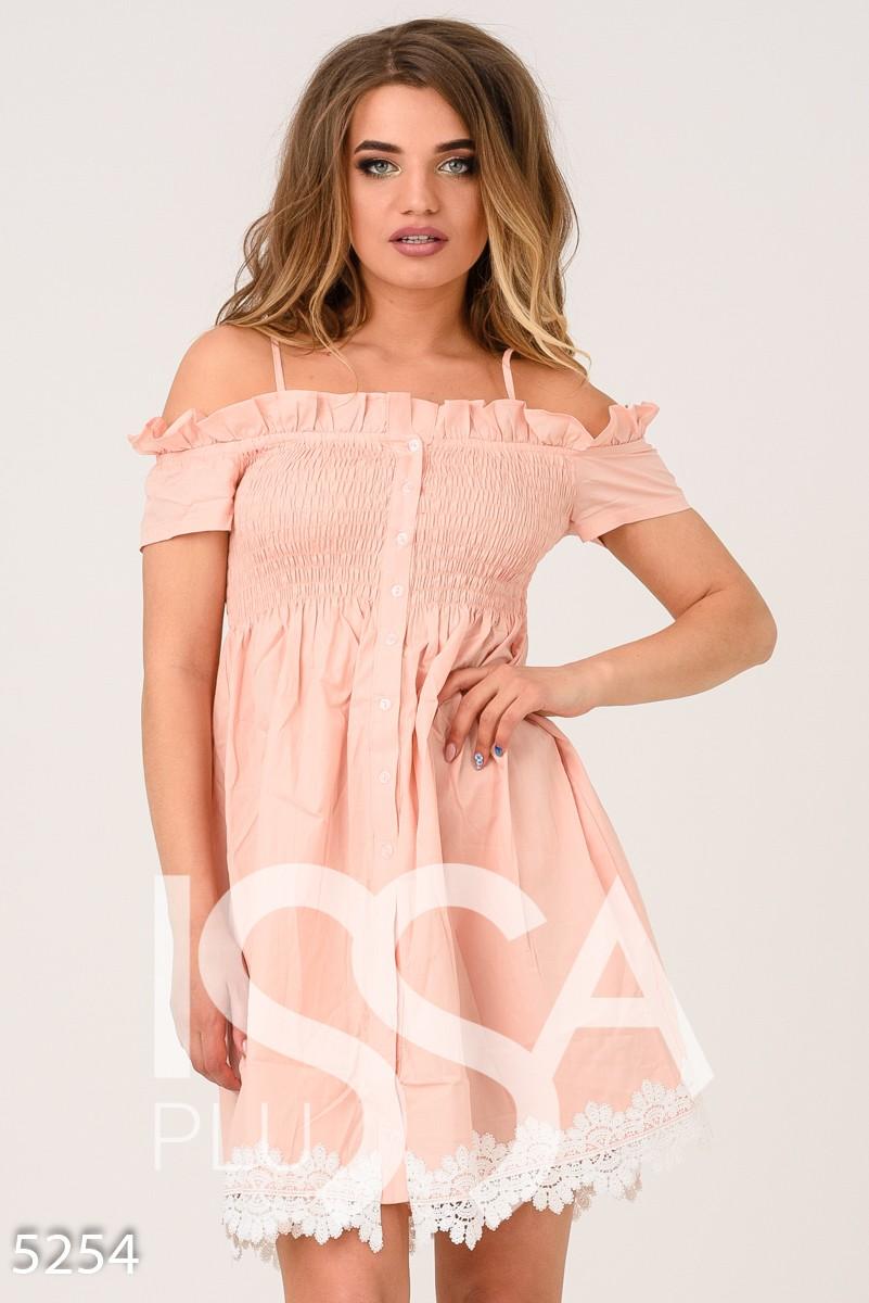 Розовое платье с открытыми плечами и жаткой на груди
