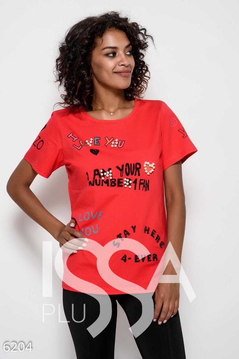 Красная трикотажная удлиненная футболка с принтом, стразами и жемчугом