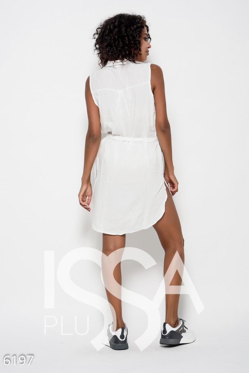Платье-рубашка из коттона белого цвета без рукавов с поясом и нашивкой на груди