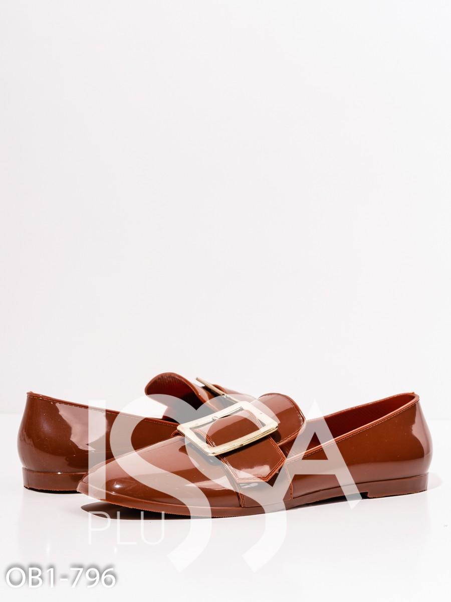 Коричневые резиновые туфли с пряжками