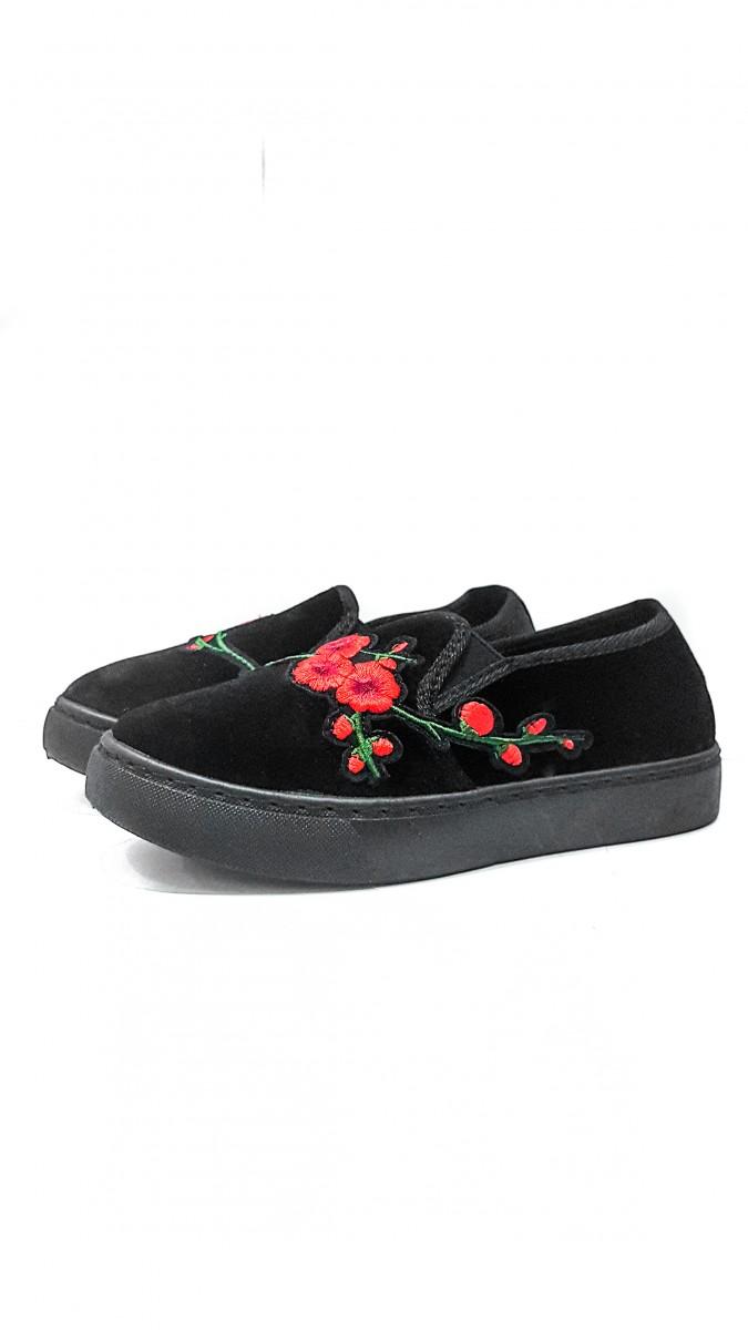 Черные бархатные слипоны с цветочной вышивкой