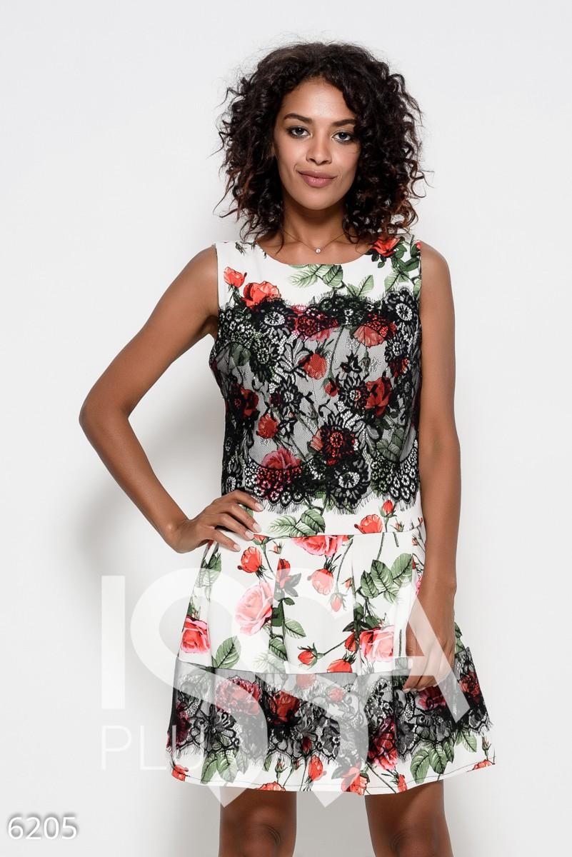Белое платье с принтом из красных роз украшенное черным кружевом и сборками