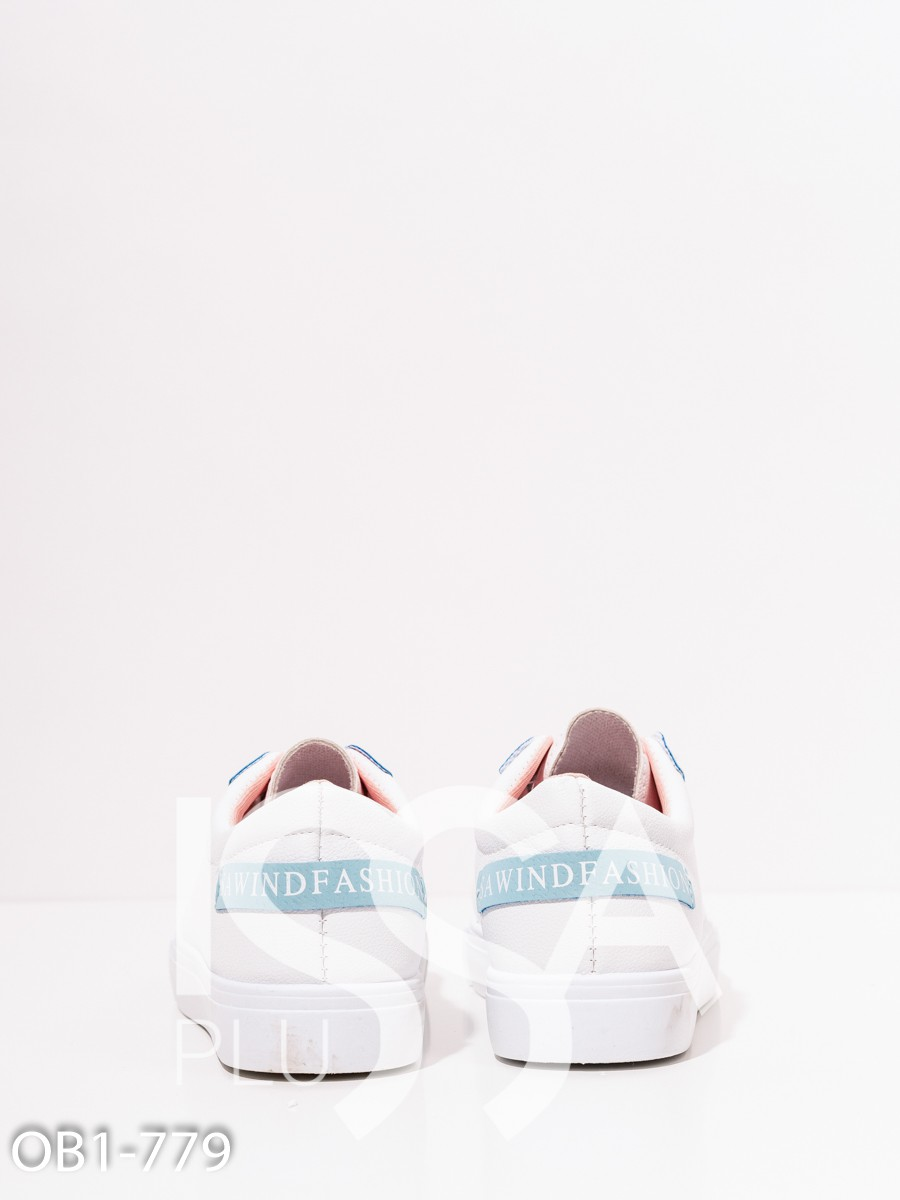 Белые кеды из эко-кожи с цветными нашивками
