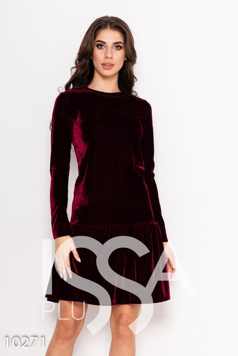 Бордовое однотонное велюровое платье с длинными рукавами и воланом