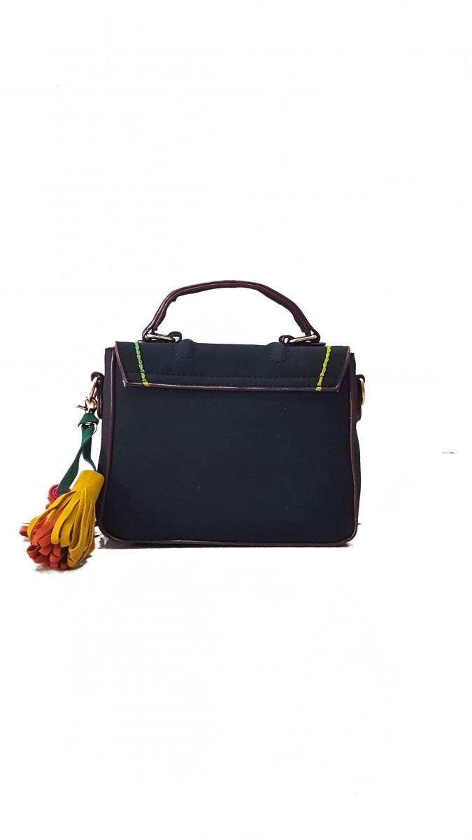 Черная замшевая сумочка с цветным декоративным швом и кисточками