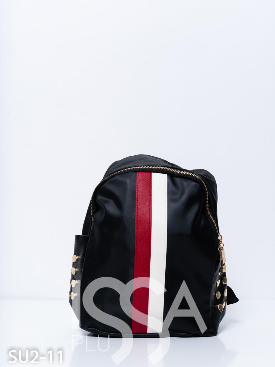 Черный рюкзак с красно-белой полоской и заклепками