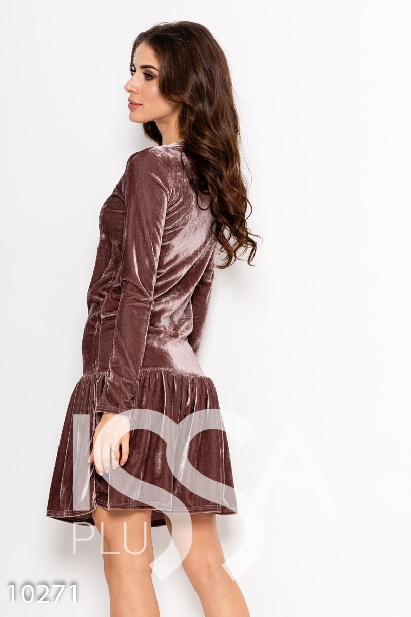 Бежевое однотонное велюровое платье с длинными рукавами и воланом