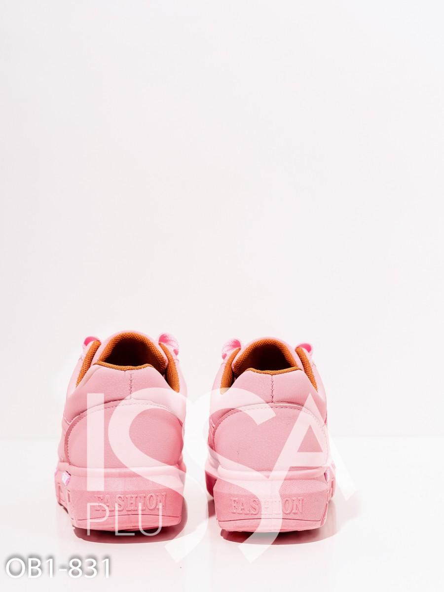 Розовые кроссовки из эко-кожи с нашивками