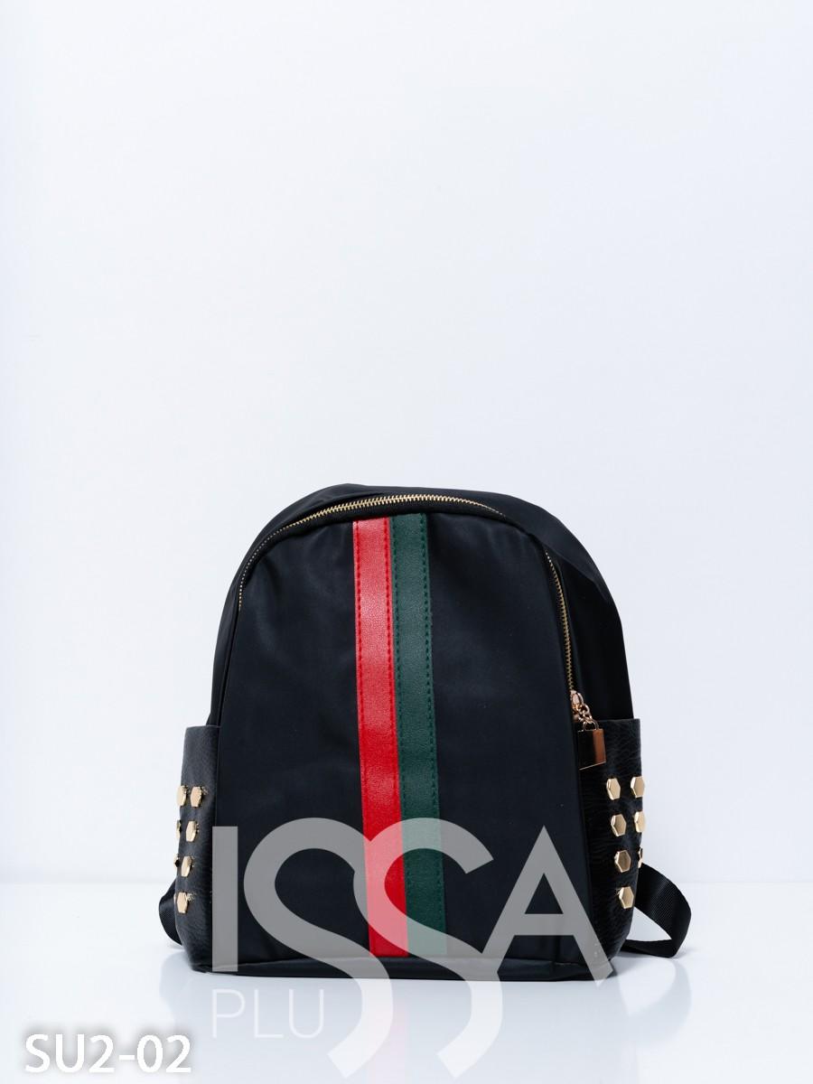 Черный рюкзак с заклепками и красно-зеленой полосой