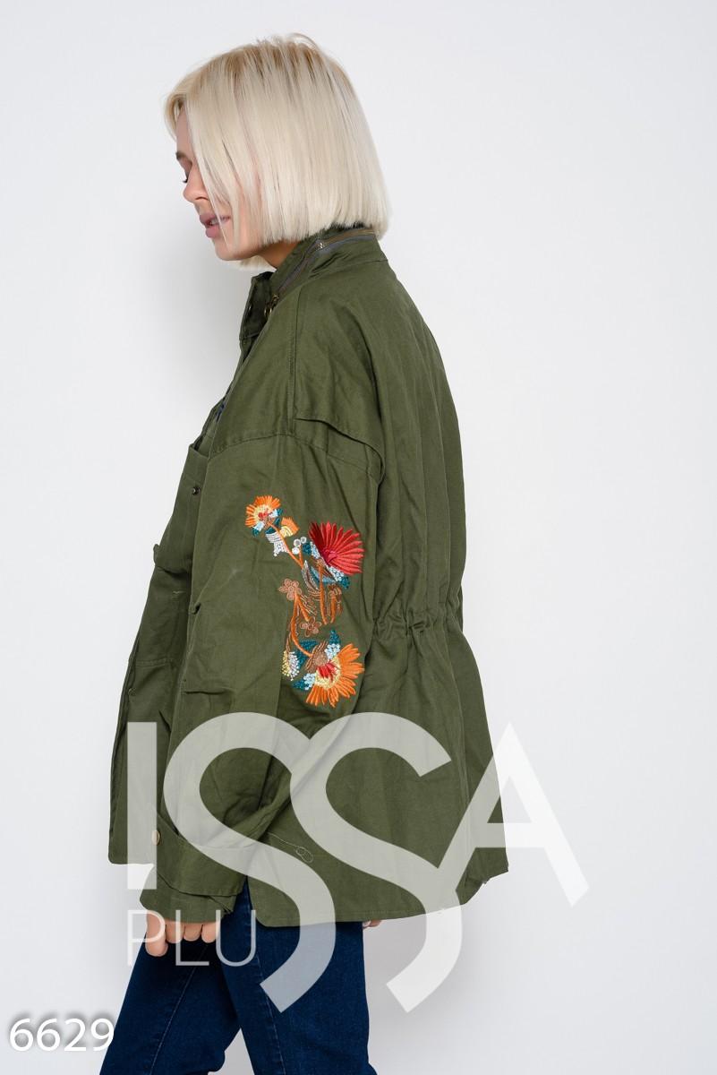 Джинсовая куртка цвета хаки с вышивкой, карманами и кулиской на талии