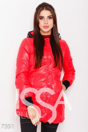 0bebdfce9f4 Красная удлиненная куртка с капюшоном декорированным шерстяной вставкой