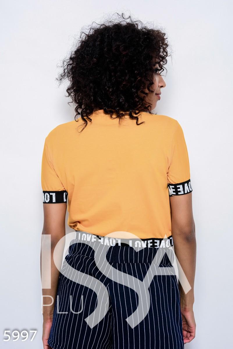 Горчичная трикотажная футболка с манжетами-резинками и принтом с бусинами
