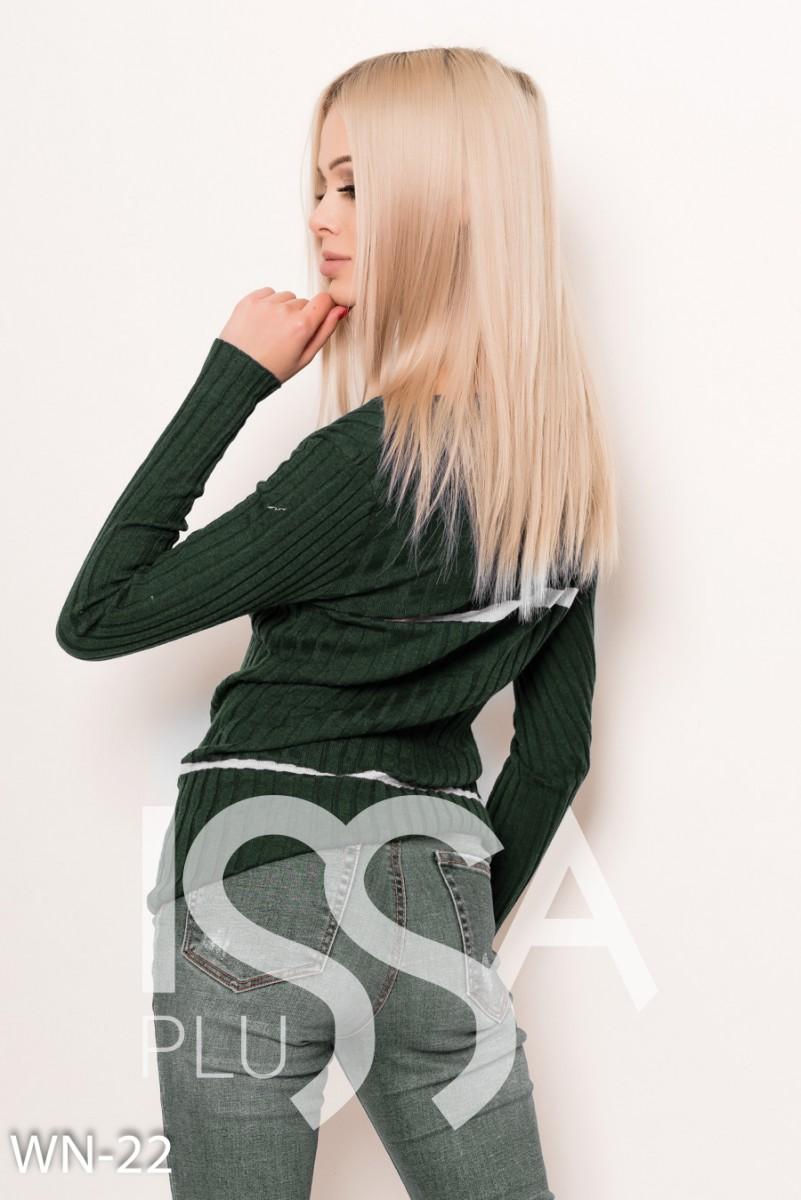 Ангоровый фактурный свитер цвета хаки с полосками и брошкой