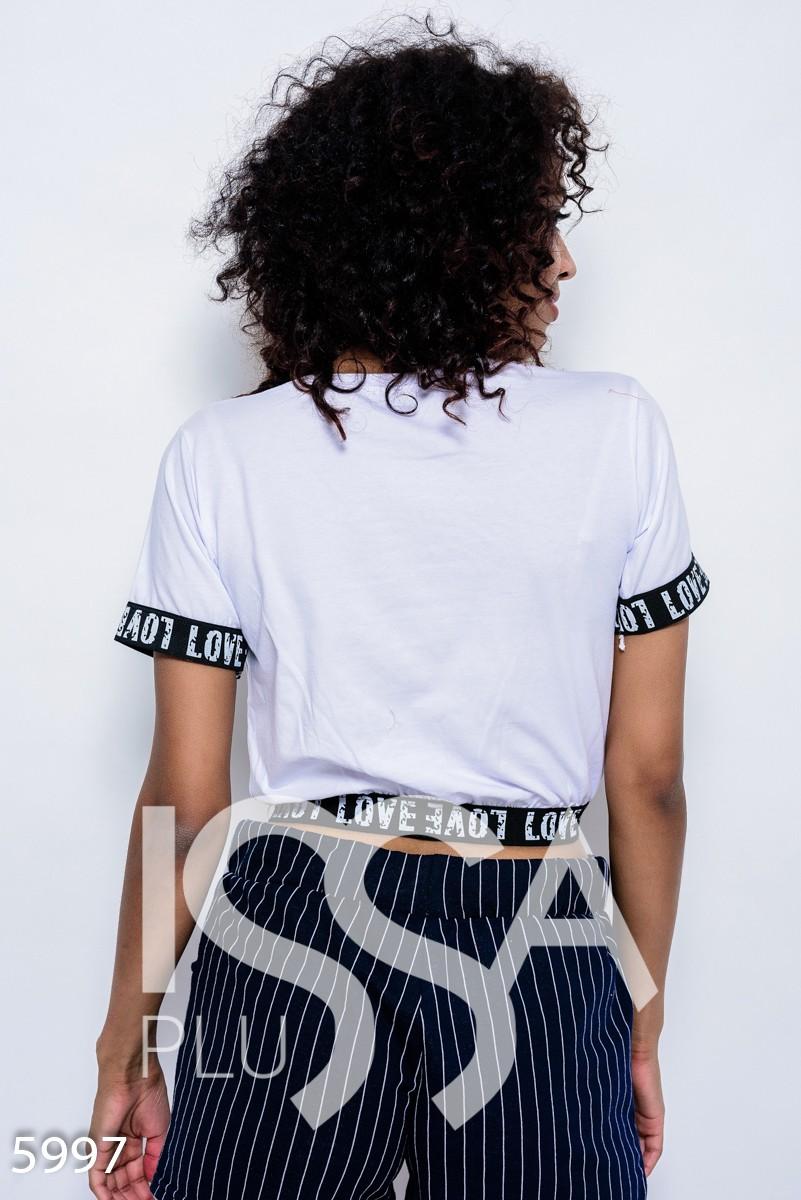 Белая трикотажная футболка с манжетами-резинками и принтом с бусинами