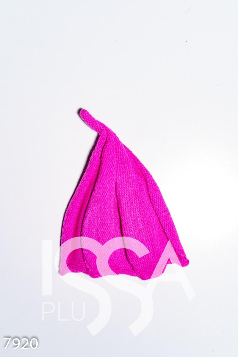 Малиновая однотонная шапка в форме колокольчика фактурной вязки
