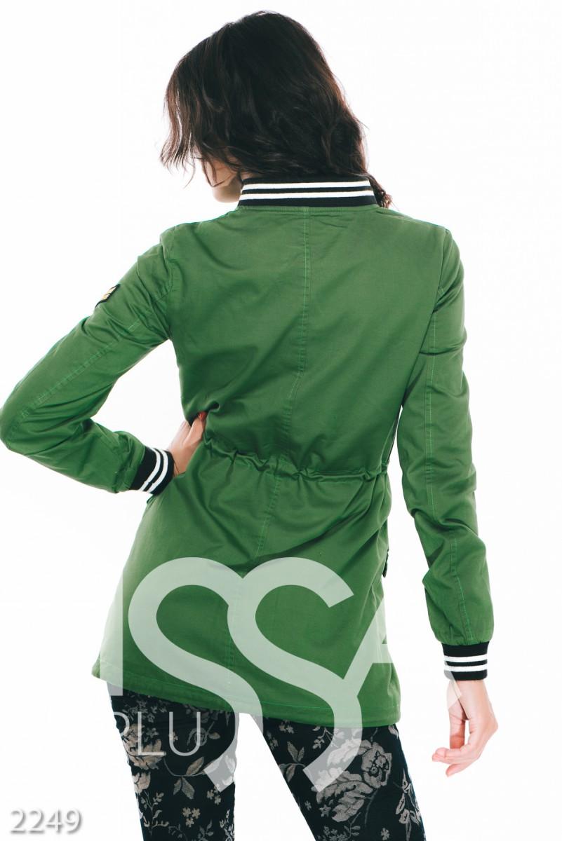 Зеленая женская парка из джинса с принтом на груди