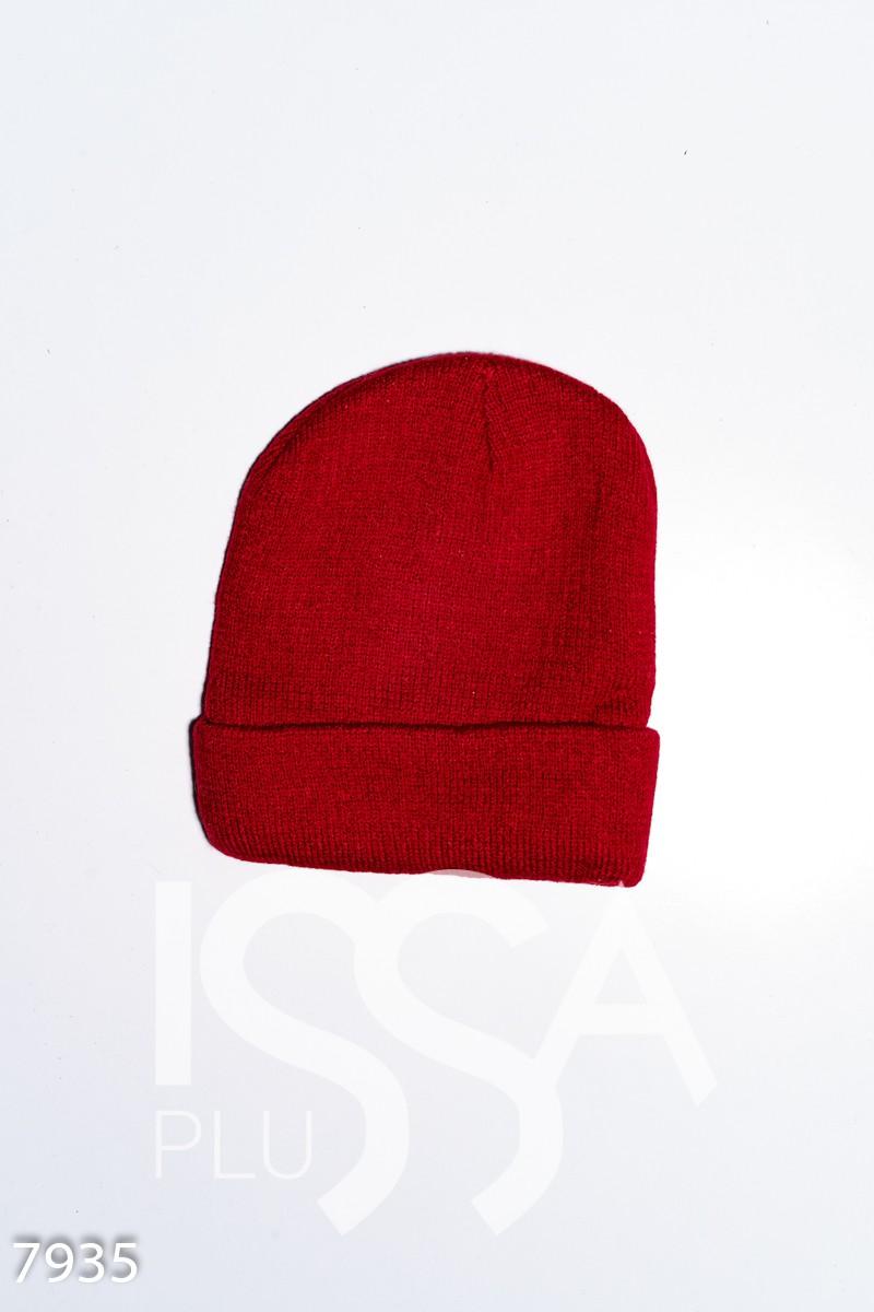 Бордовая однотонная вязаная шапка с нашивкой на подвороте