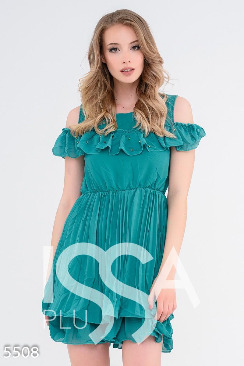 Зеленое приталенное многослойное платье с вырезами на плечах