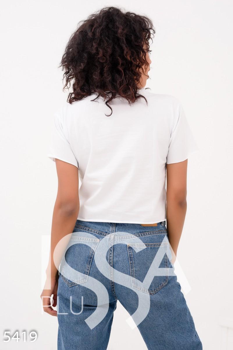 Белая короткая футболка с молодежным принтом и декоративными шнуровками