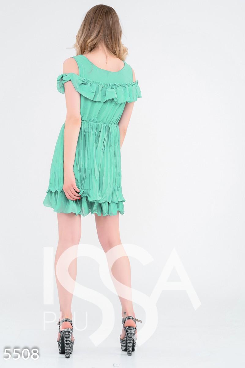 Мятное приталенное многослойное платье с вырезами на плечах
