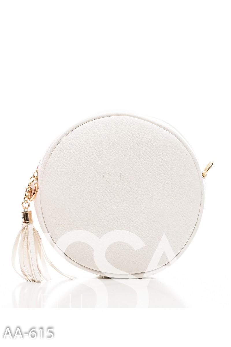 Белая простеганная сумочка круглой формы с кистью на молнии