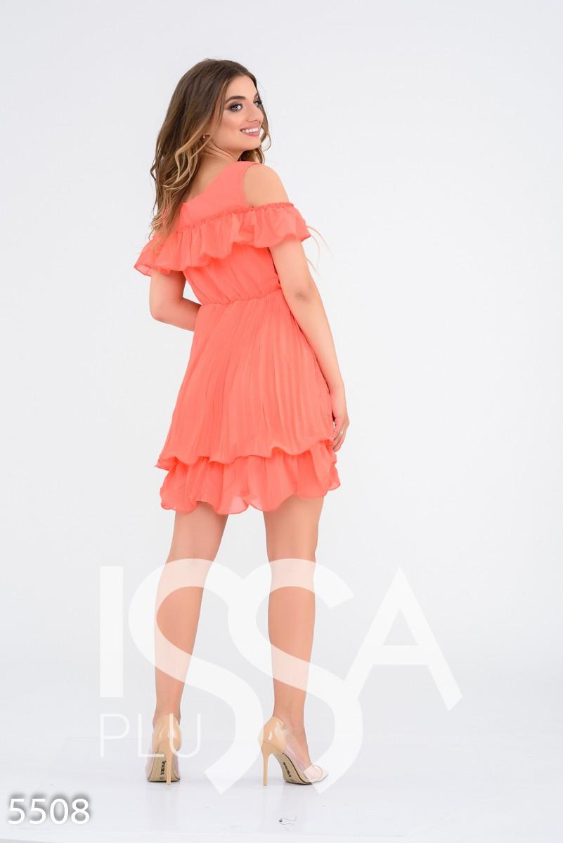Оранжевое приталенное многослойное платье с вырезами на плечах