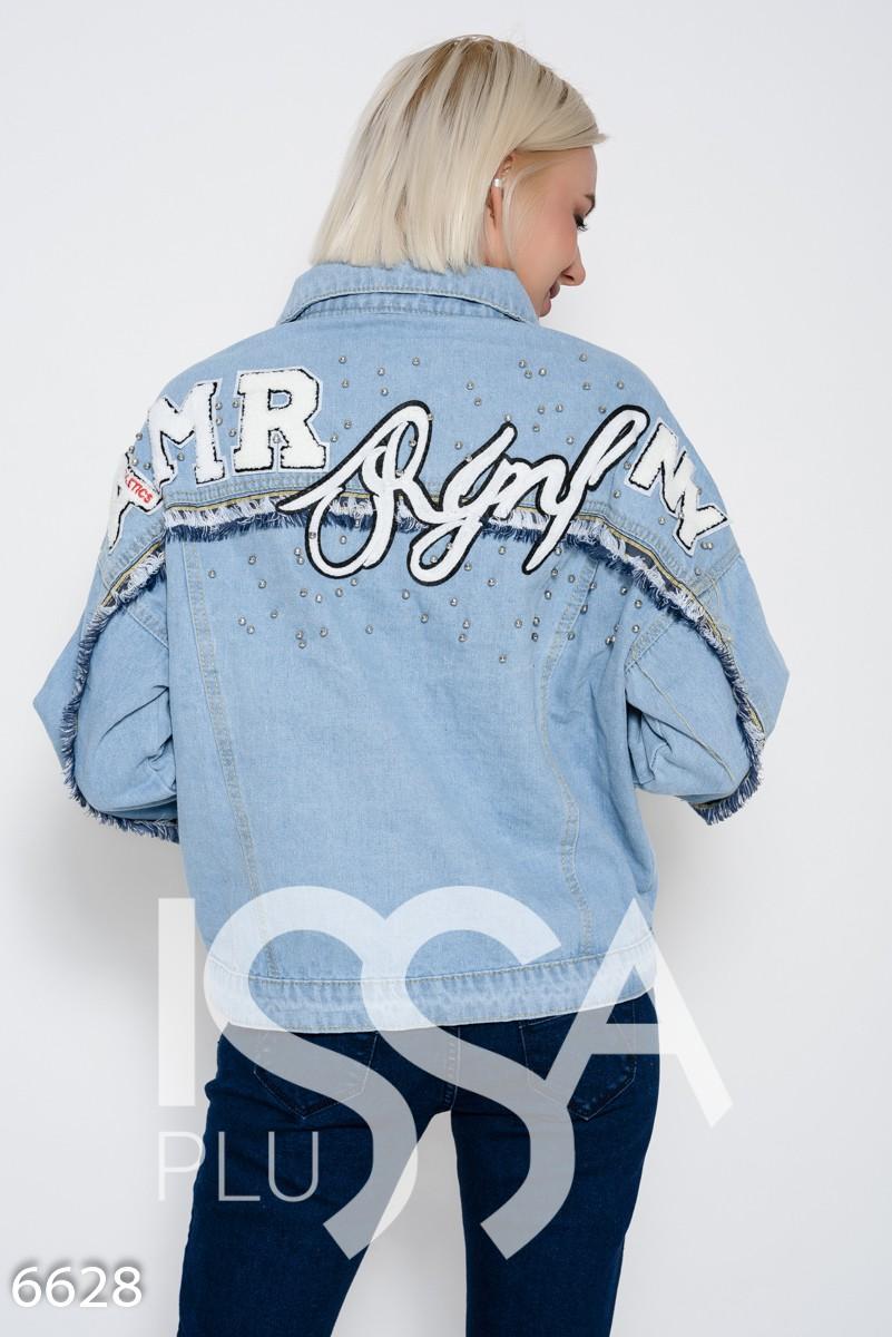 Голубая джинсовая куртка с бусинами, бахромой и нашивками на спине