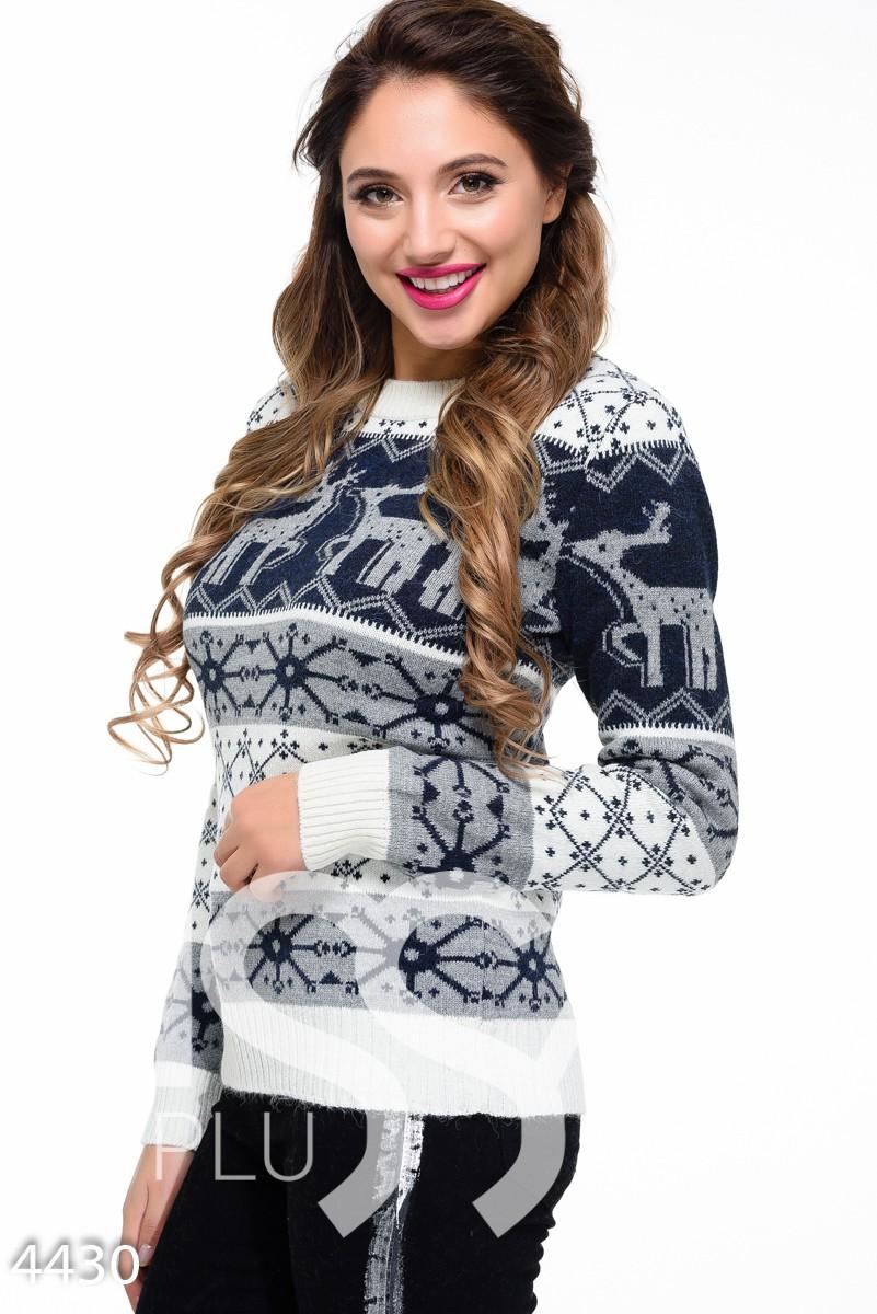 Бело-синий рождественский свитер с оленями и орнаментом снежинками