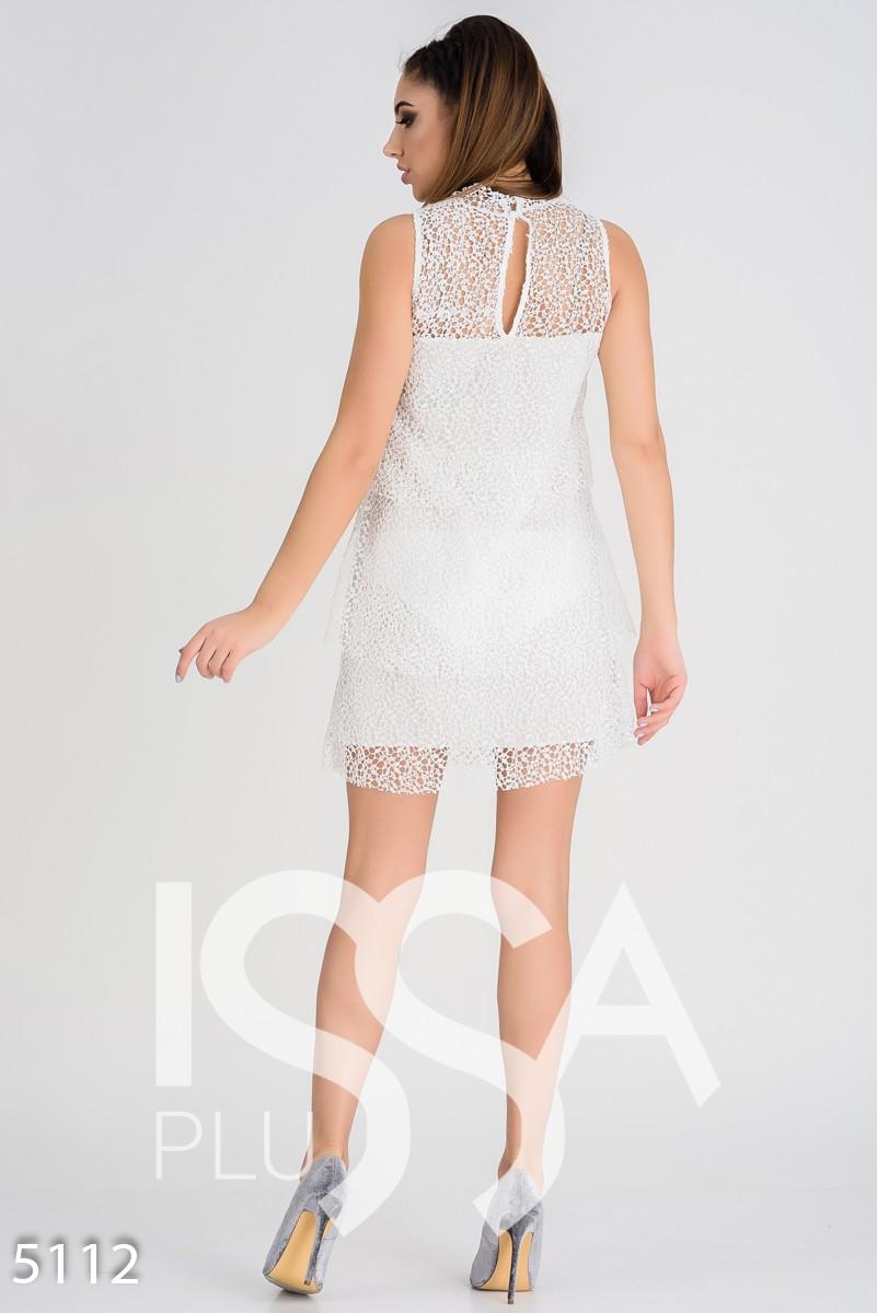 Белое кружевное многослойное платье с оборками