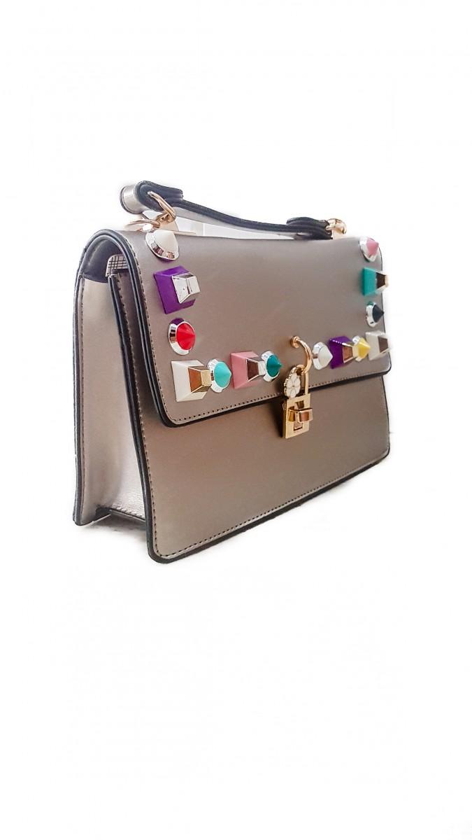Золотистая женская сумочка из эко-кожи с яркой фурнитурой и замочком