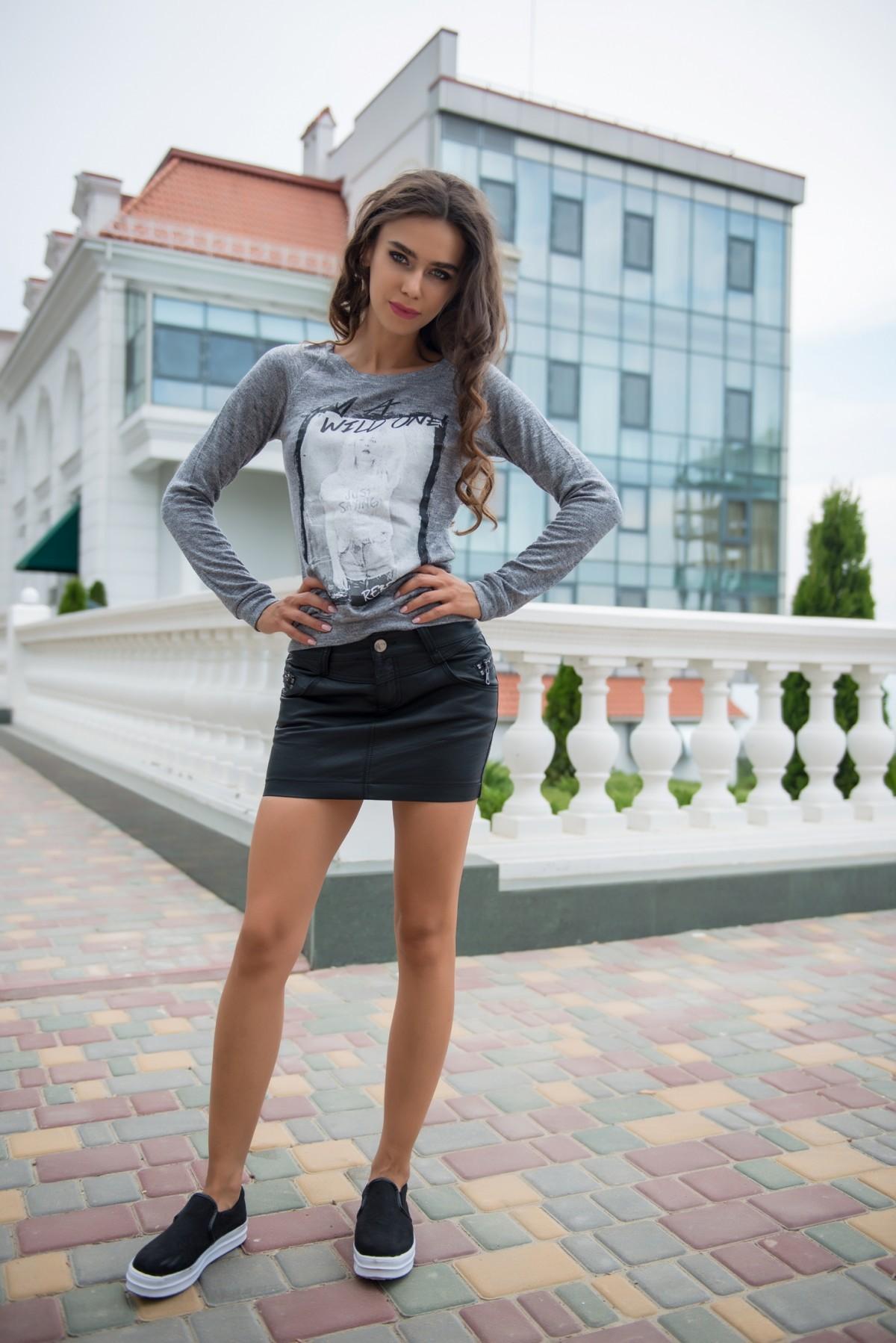 Фото девушки в черной мини юбке