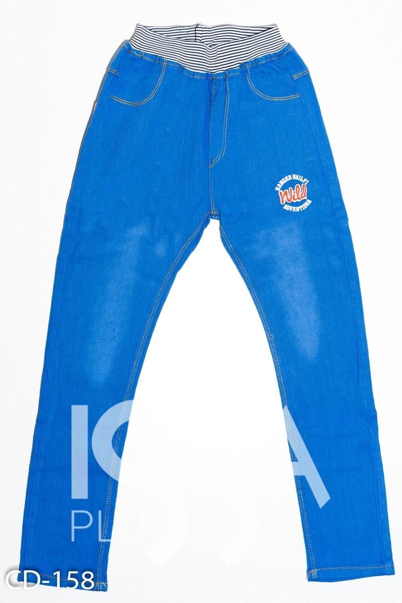 Голубые джинсы на резинке с принтом и карманами сзади