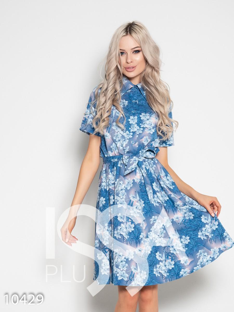 Голубое платье с короткими рукавами и поясом