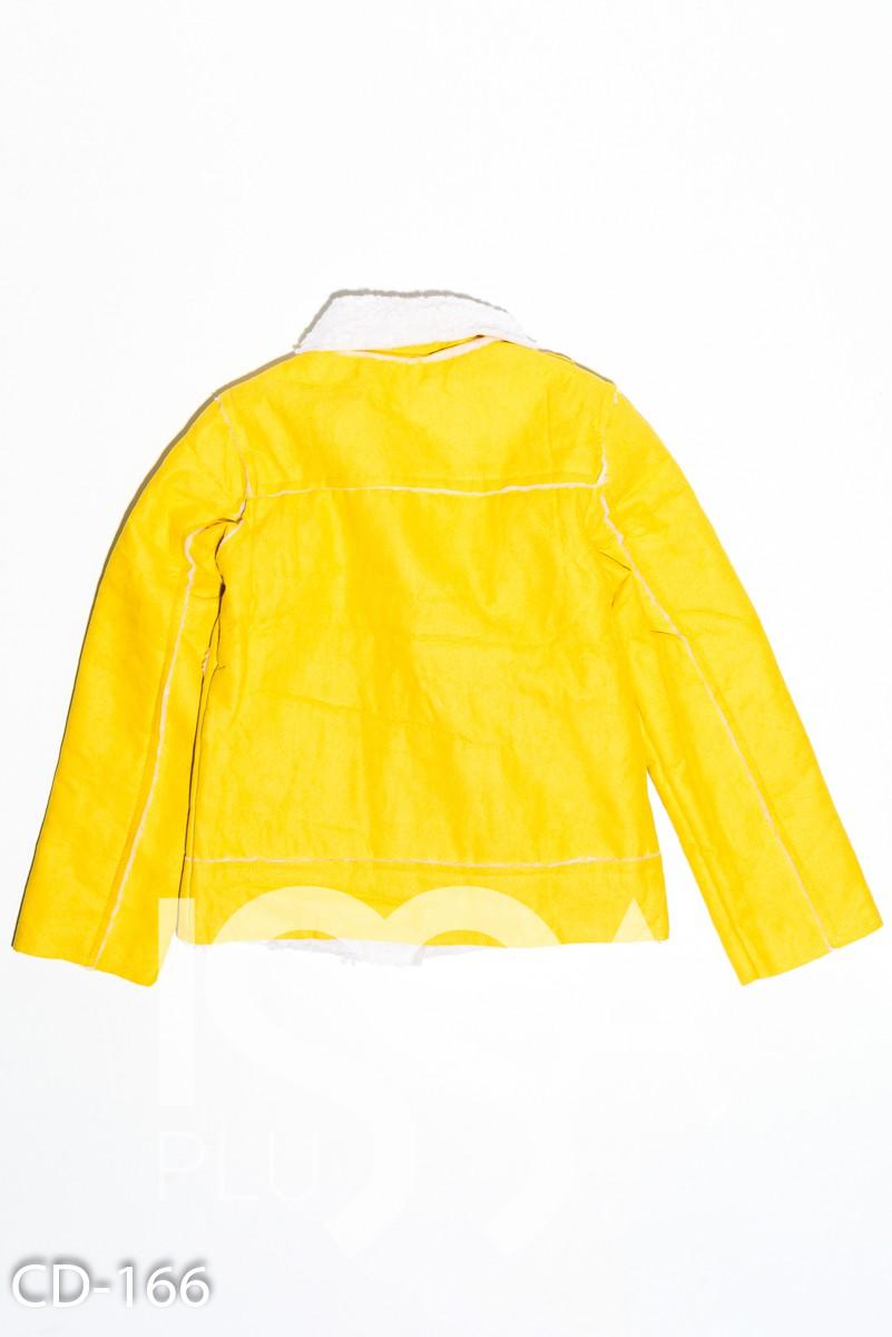 Желтая куртка-косуха из нубука с меховой белой подложкой