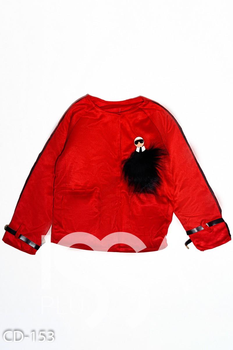 Красная демисезонная куртка из эко-замши с оригинальной брошкой