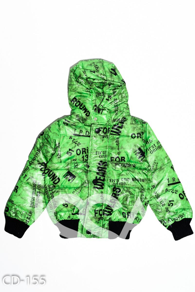 Зеленая теплая куртка с капюшоном и принтом