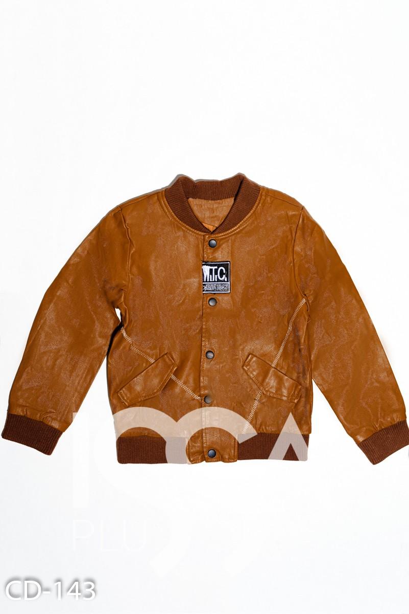Коричневая куртка-бомбер из эко-кожи с нашивкой